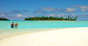 honeymoon couple at one foot island in aitutaki lagoon